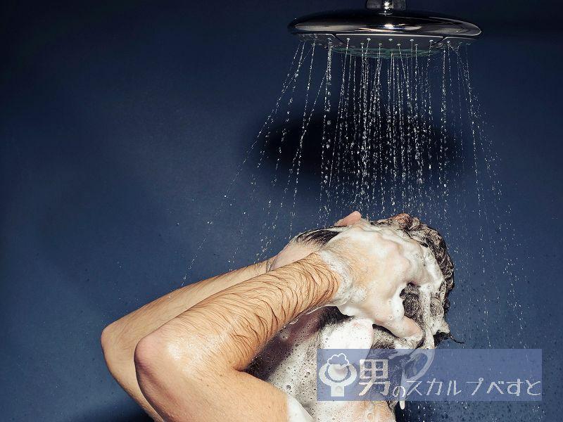シャワーでシャンプーをすすぐ